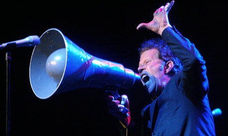 Tom-Waits-performing-in-B-007